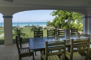 outdoor-dining-at-sandgate-villa-rentals